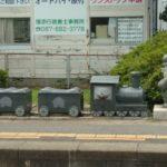JR鬼無駅の「桃太郎電鉄」石像
